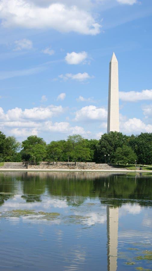 与反射的池塘的华盛顿纪念碑前面的 图库摄影