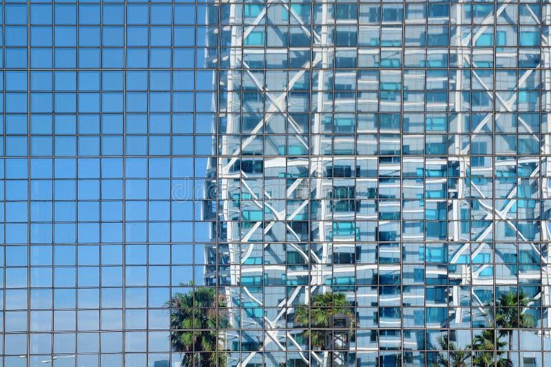 与反射的玻璃门面背景 现代摩天大楼大厦和空的拷贝空间 库存照片