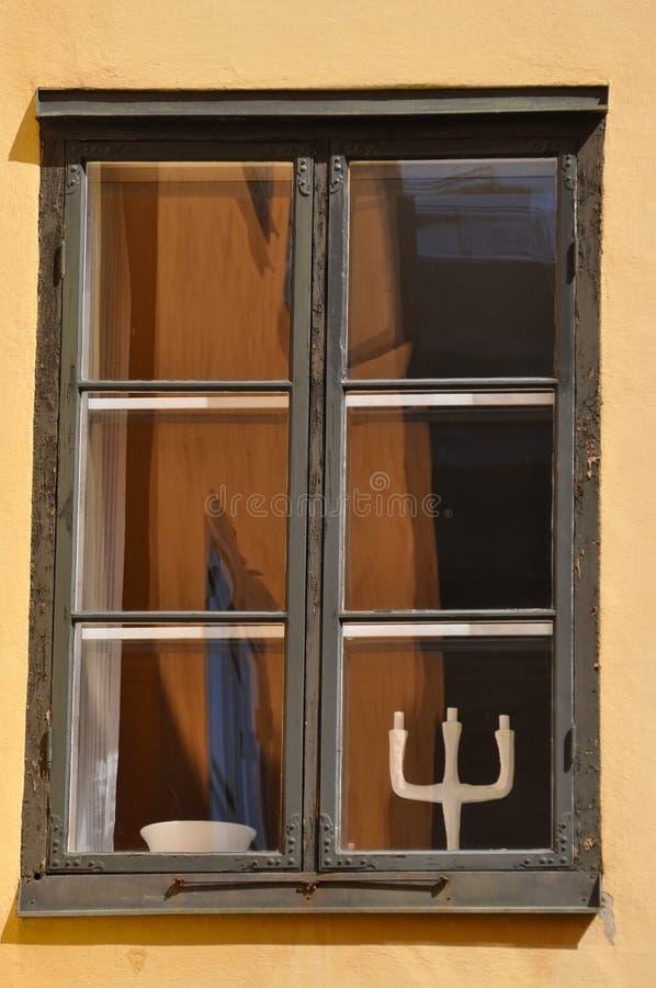 与反射的老窗口,在灰泥门面 免版税库存图片