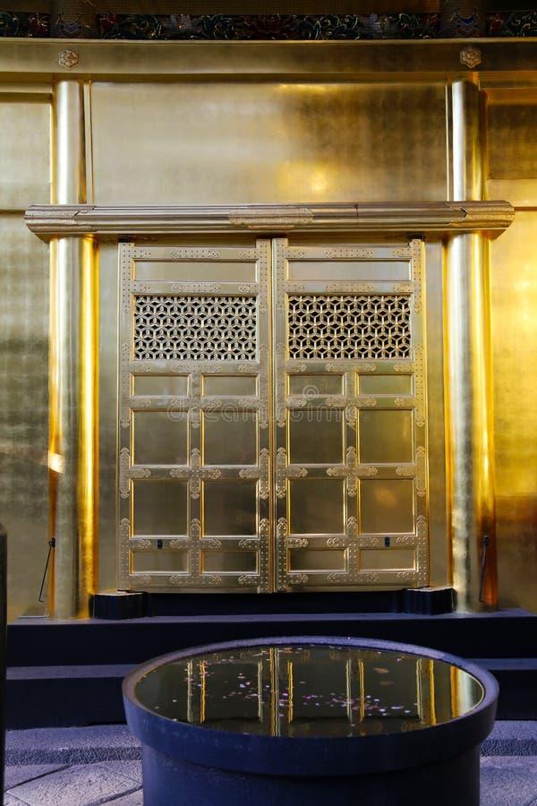 与反射的金黄寺庙门 库存照片