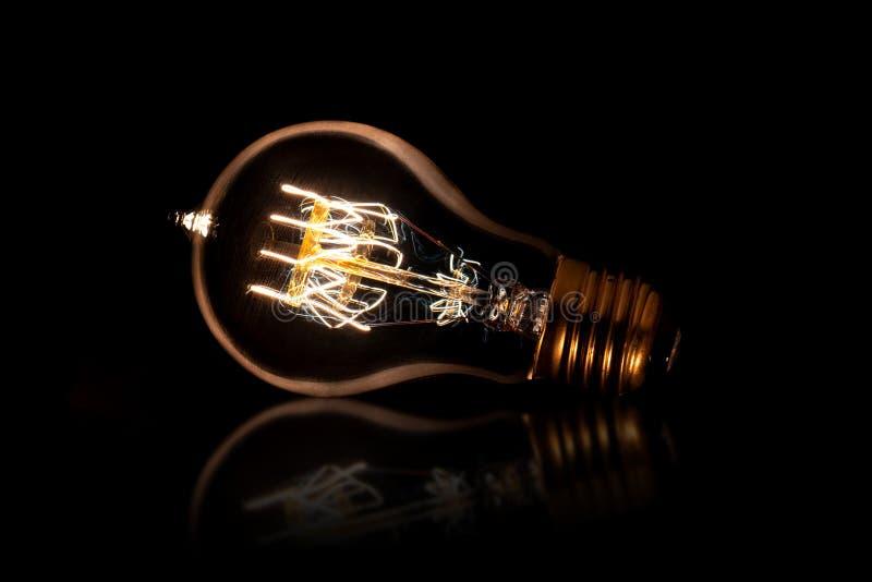 与反射说谎的有启发性电灯泡 库存照片