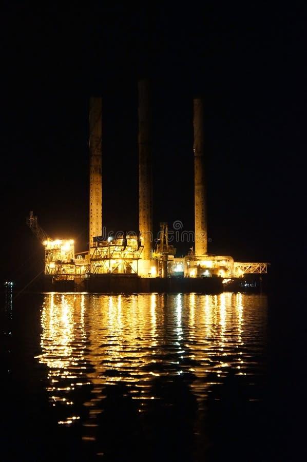 与反映的石油钻井船具 图库摄影
