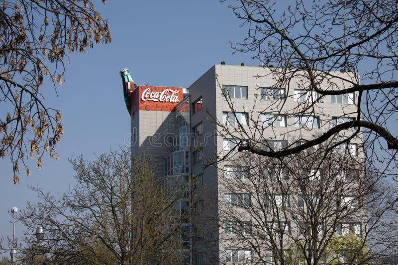 与发光在公司商标的太阳的可口可乐大厦 图库摄影