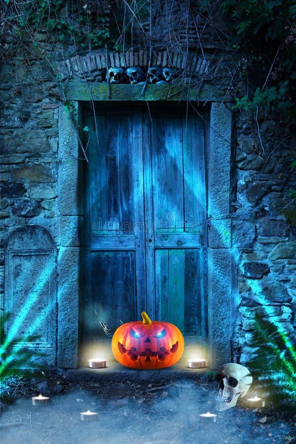 与发光的一个邪恶笑的鬼的可怕橙色南瓜在公墓前面注视在晚上 复制空间 向量例证