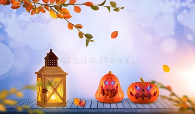 与发光的两个滑稽的橙色南瓜在木头注视 Bokeh和透镜火光 免版税库存图片