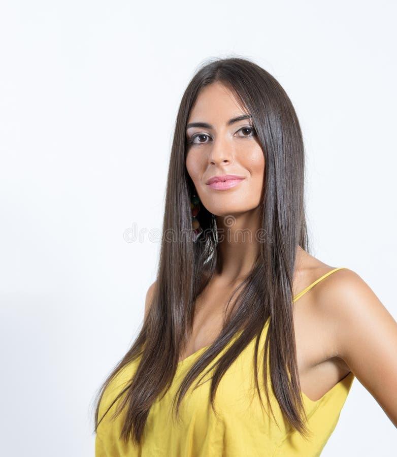 与发光的健康长的头发的被晒黑的异乎寻常的西班牙深色的秀丽 免版税库存照片