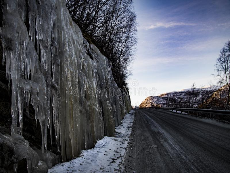 与发光的冰的溜滑倾斜作为伙伴 免版税图库摄影