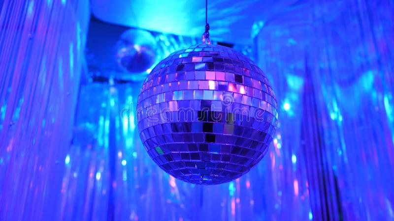 与发光的减速火箭的迪斯科球的迪斯科背景 迪斯科聚会或小卡拉OK演唱事件的巨大背景 蓝色主题 蓝色 免版税库存照片