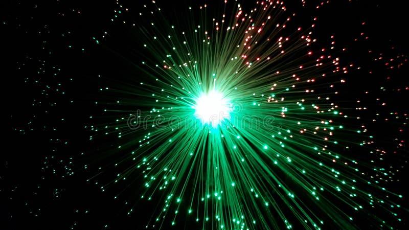 与发光的技巧的绿色和红色光纤缆绳 库存照片