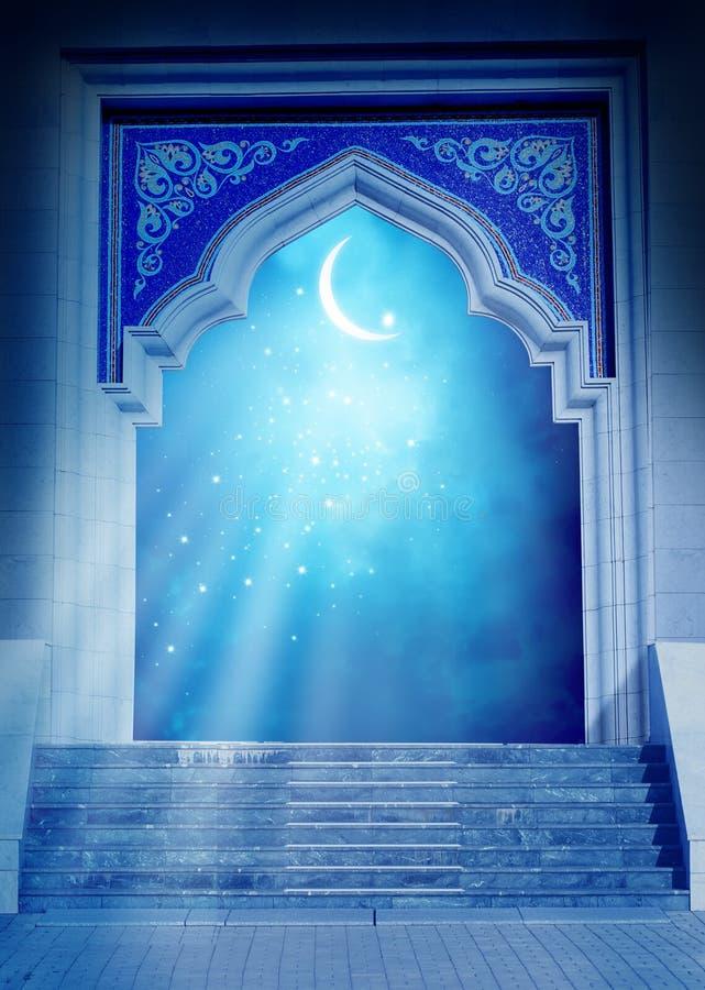 与发光的新月形月亮的清真寺门 免版税库存照片