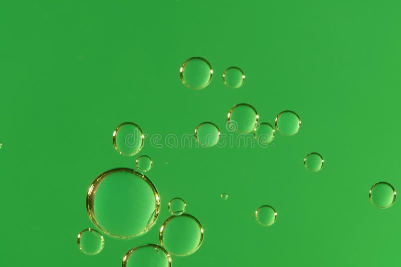 与发光的泡影的绿色液体 免版税库存图片