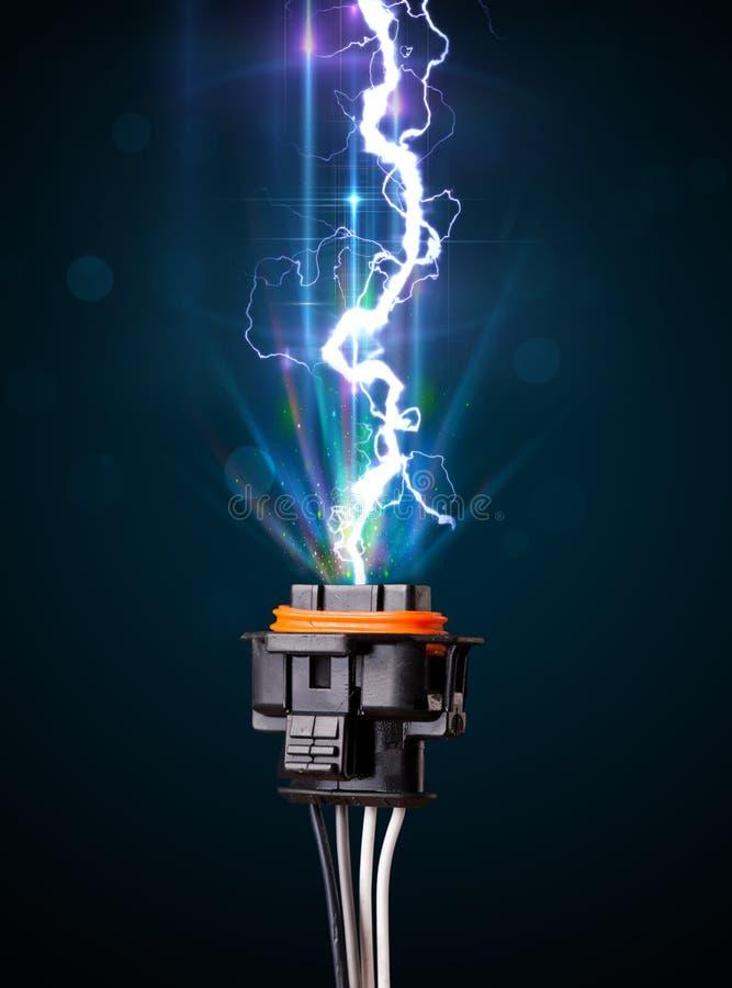 与发光的电闪电的电缆 图库摄影