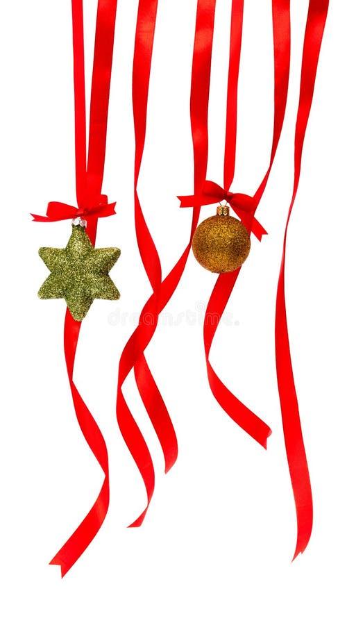 与发光的红色丝带的美丽的圣诞节装饰在白色 免版税库存照片