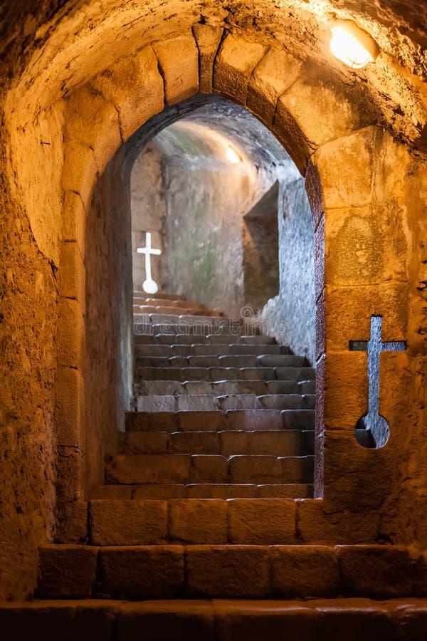 与发射孔的地下楼梯在费拉城堡 免版税图库摄影