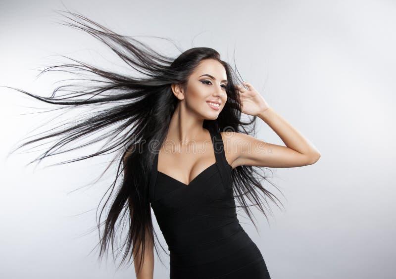 与发展风头发的美好的女孩模型 库存图片