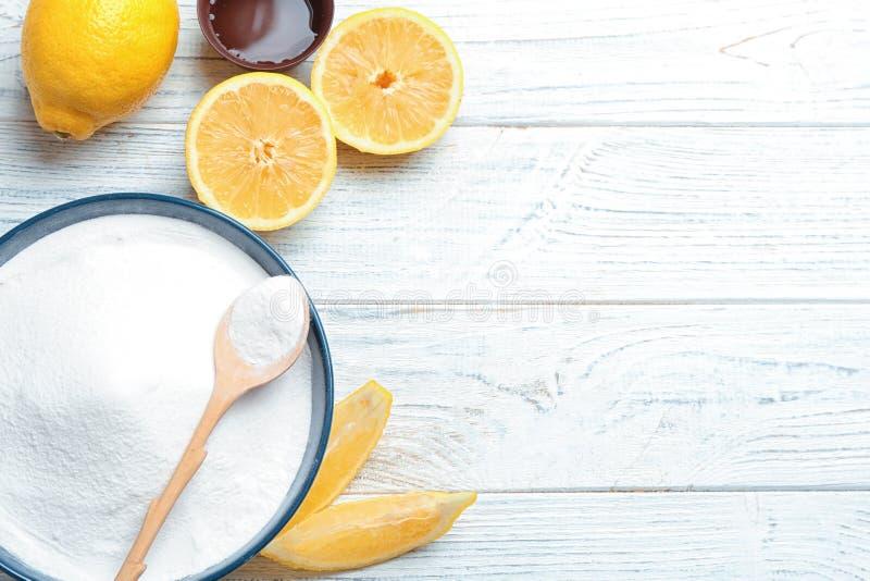 与发面苏打和柠檬的平的位置构成 库存照片