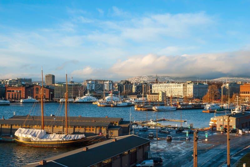 与口岸在冬天,挪威的奥斯陆地平线 免版税库存图片