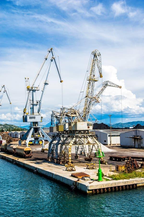 Download 与口岸基础设施的散货在口岸普洛切,最大的海港在南克罗地亚 编辑类库存照片 - 图片 包括有 小船, 最大: 62535618