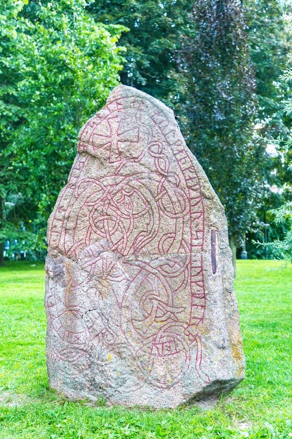 与古代北欧文字的题字的石头,乌普萨拉,瑞典 库存图片