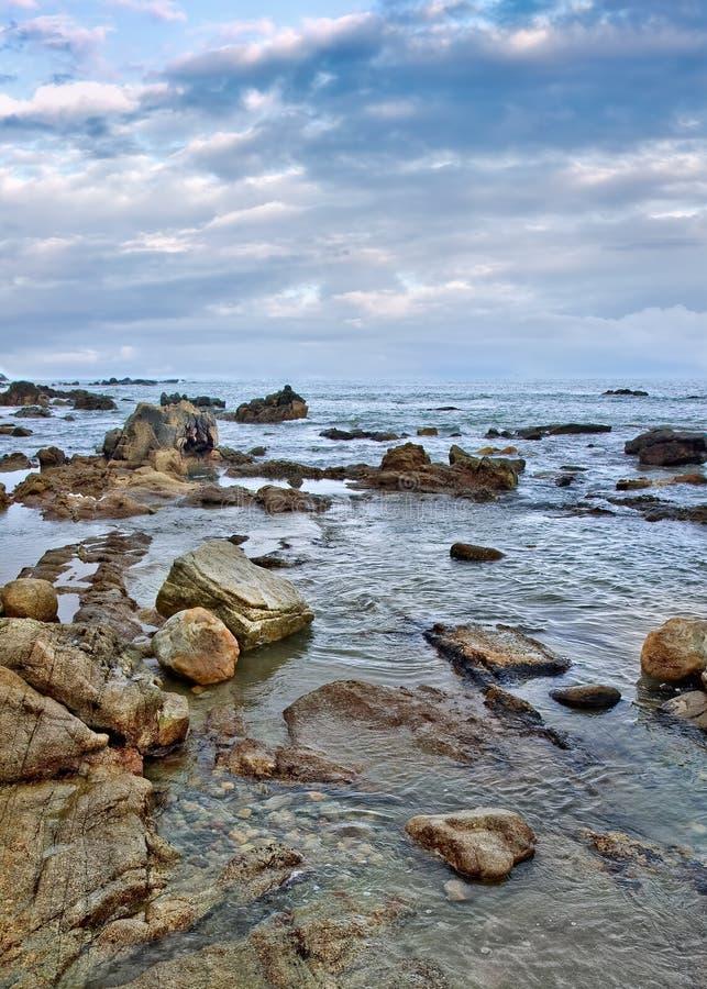 与古怪的形状的岩石的平静的海滨,三亚,海南岛, 库存图片
