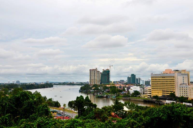 与古晋沙捞越婆罗洲东马来西亚砂拉越河的地平线大厦  库存图片