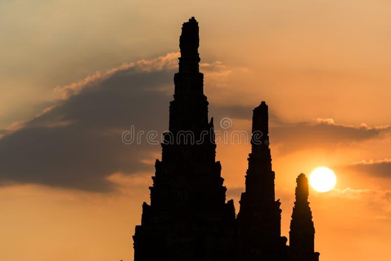 与古老佛教寺庙剪影的五颜六色的日落天空  免版税库存照片