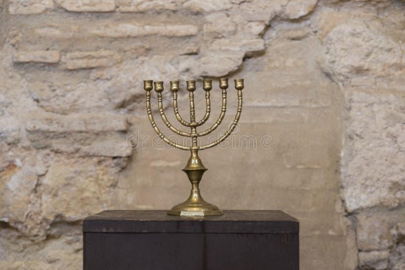 与古老墙壁的老menorah 免版税图库摄影