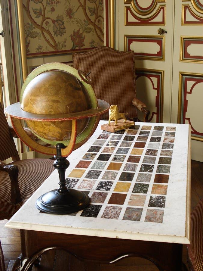 与古色古香的地球的真珠色的桌 库存图片