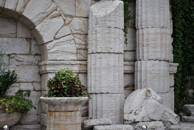 与古色古香的希腊专栏的区域和马` s朝向 库存图片