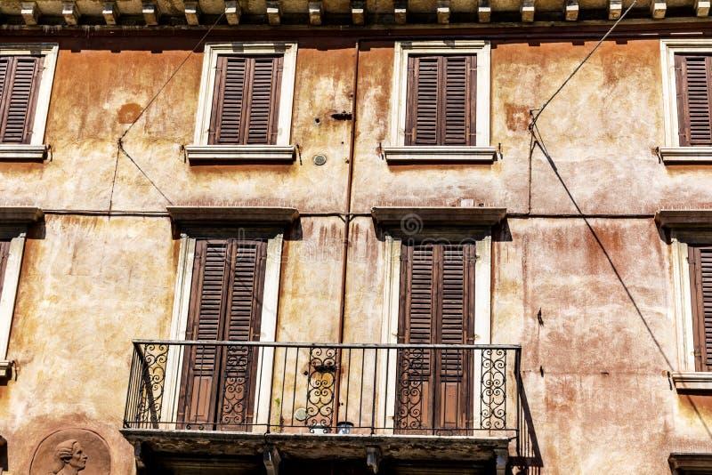 与古色古香的木窗口的典型的橙色大厦在维罗纳 免版税库存照片