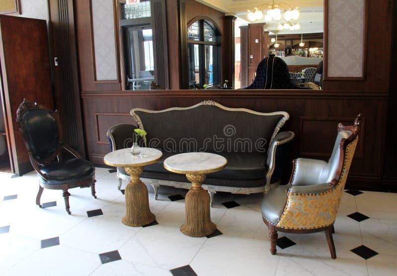 与古色古香的椅子和桌, Adelphi旅馆,萨拉托加斯普林斯,纽约的大开放休息室, 2018年 免版税库存照片