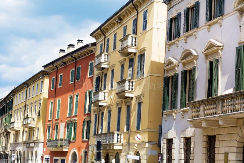 与古色古香的窗口的典型的古色古香的大厦在维罗纳 免版税库存照片