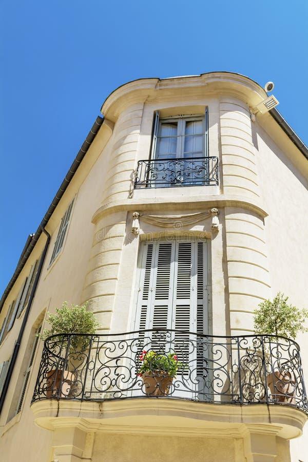 与古色古香的窗口的典型的意大利大厦在维罗纳 免版税库存照片