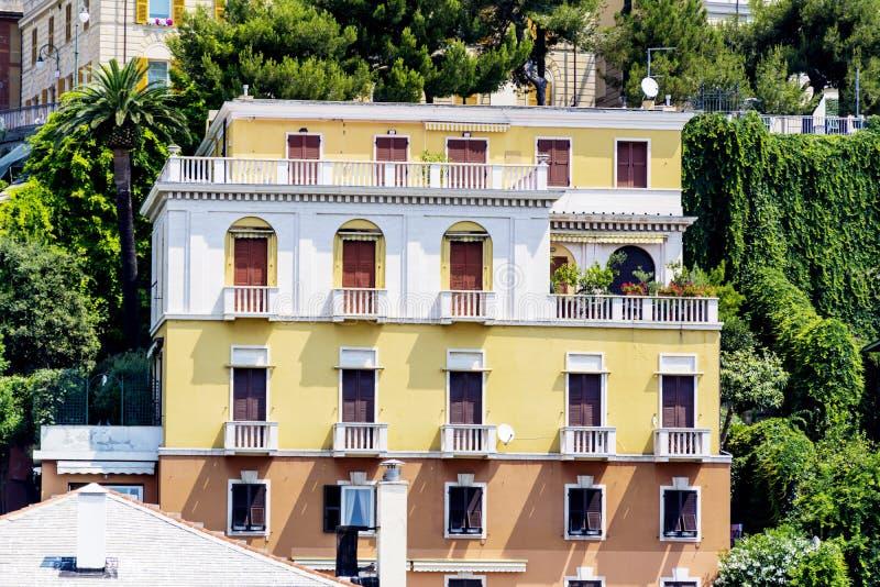 与古色古香的窗口的典型的意大利大厦在维罗纳 库存照片