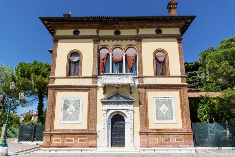 与古色古香的窗口的典型的橙色大厦在威尼斯 免版税库存照片