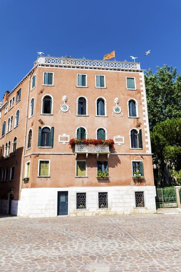 与古色古香的窗口的典型的橙色大厦在威尼斯 库存图片