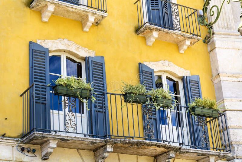 与古色古香的窗口的典型的橙色大厦在维罗纳 免版税库存图片