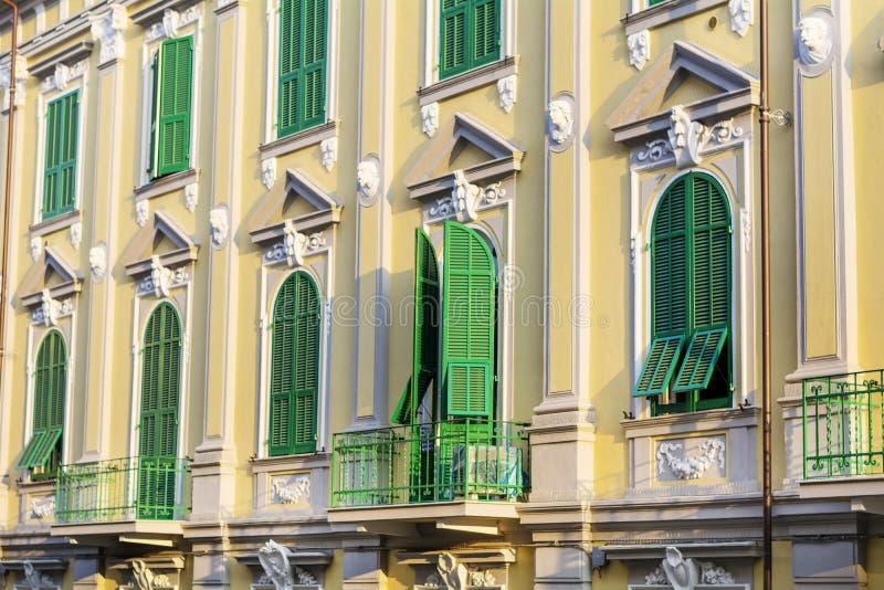 与古色古香的窗口的典型的橙色大厦在维罗纳 免版税库存照片