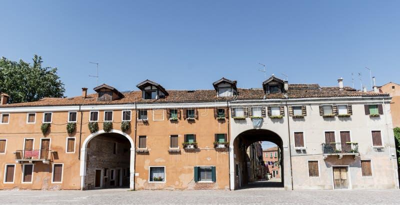 与古色古香的窗口的典型的橙色buildinga在威尼斯,意大利 免版税库存照片