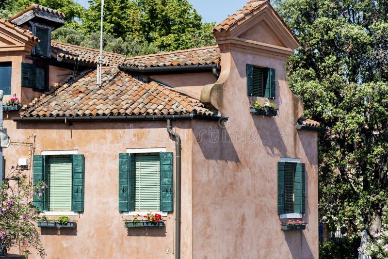 与古色古香的窗口的典型的红色大厦在威尼斯 图库摄影