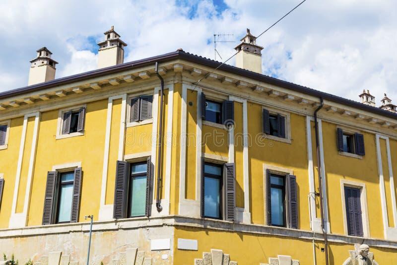 与古色古香的窗口的典型的黄色大厦在维罗纳 库存照片