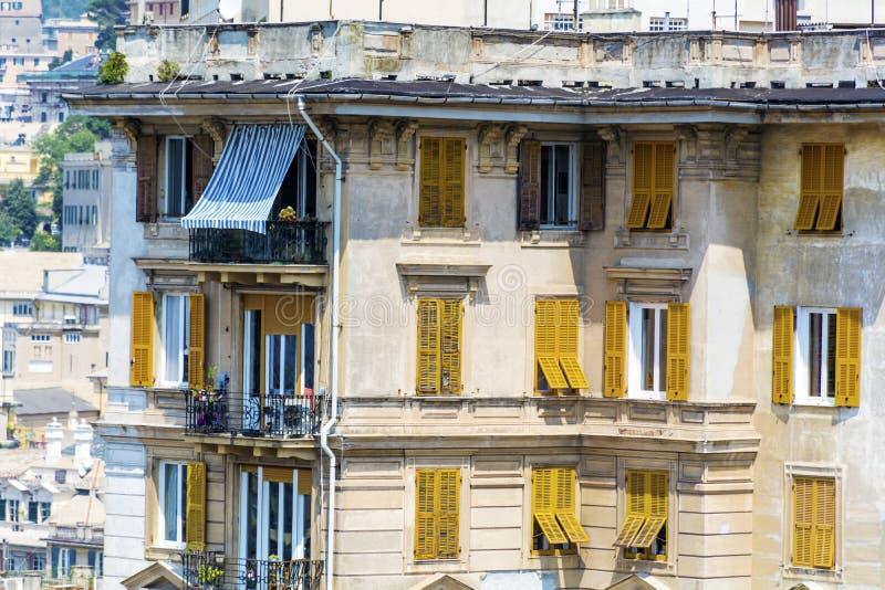 与古色古香的黄色窗口的典型的意大利大厦在维罗纳 免版税库存图片