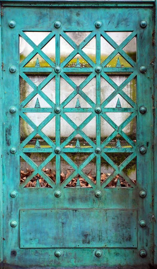与古色的铜门 免版税库存照片