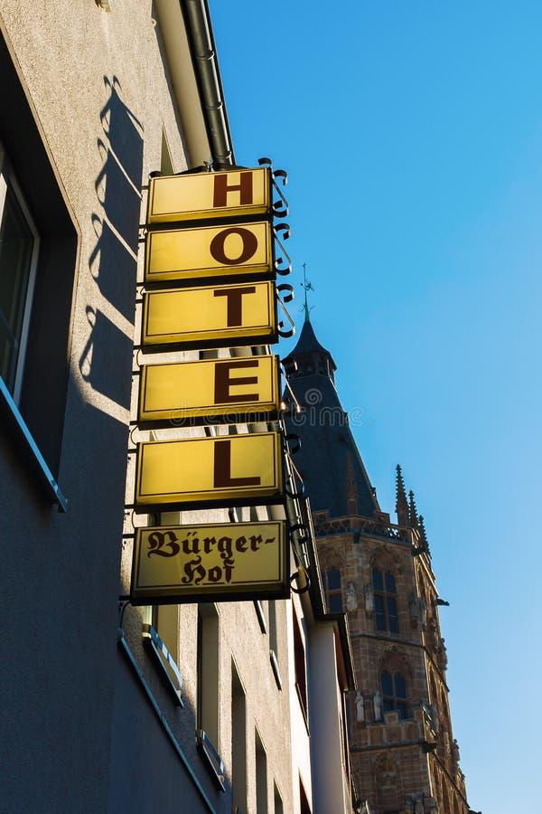 与古镇大厅的旅馆标志在背景中在老镇科隆,德国 免版税库存照片