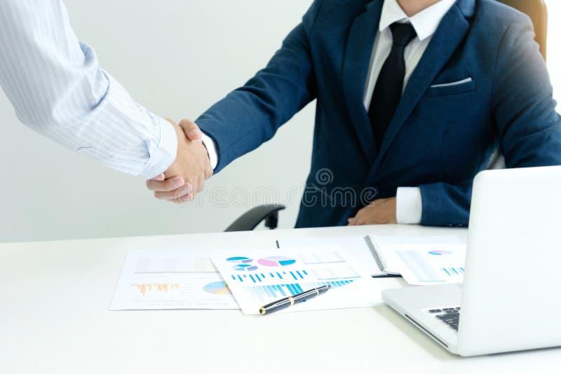 与另一个商人的行政商人手震动 免版税库存图片