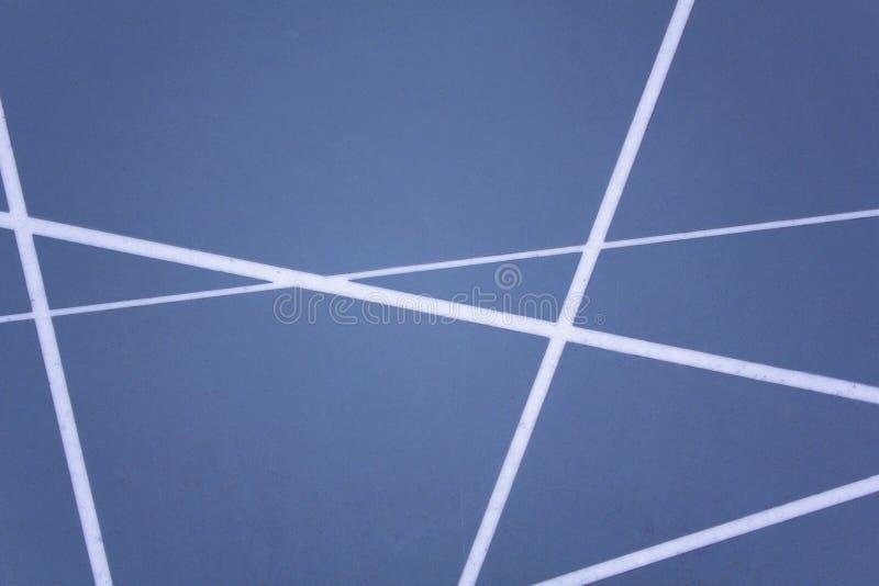与另外厚度白色相交的线的灰色蓝色墙壁表面  o 免版税图库摄影