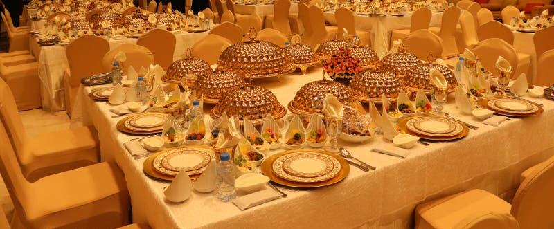 与另外烹调法食物安排的皇家高雅结婚宴会桌 库存图片