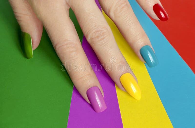 与另外钉子形状的五颜六色的明亮的修指甲,锋利,卵形和方形 艺术钉子 库存照片