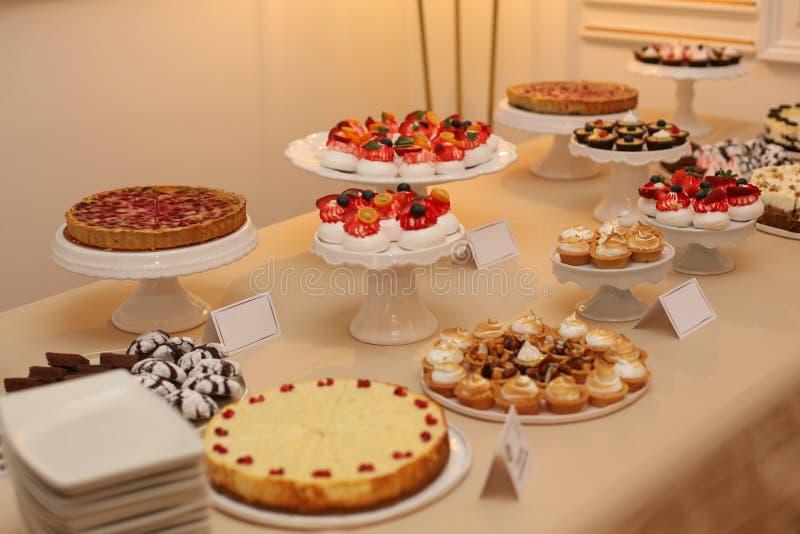 与可口各种各样的甜点的表 库存图片