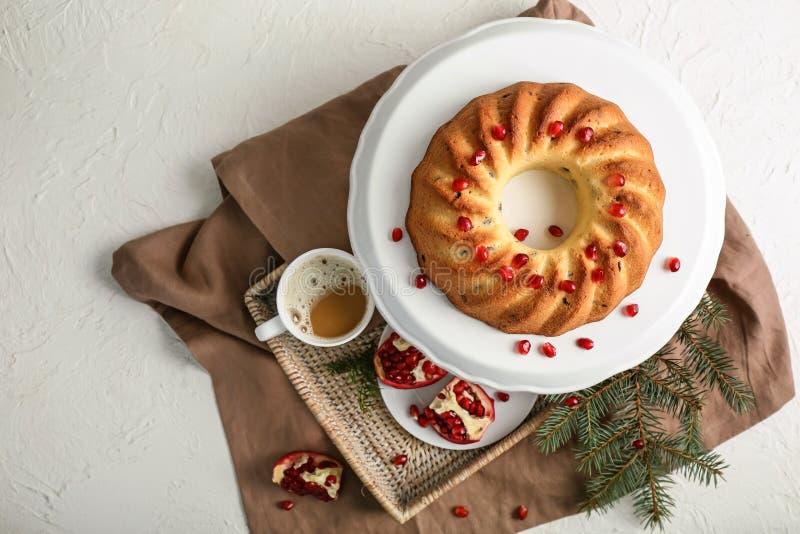 与可口圣诞节蛋糕和咖啡的立场在白色桌上的 免版税库存图片